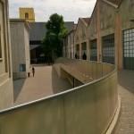 uscendo dalla mostra prima dell'ultima opera The Caddy Court, 1986-87 foto GC