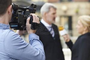 45537044-cameraman-registrazione-femmina-giornalista-affari-intervistare